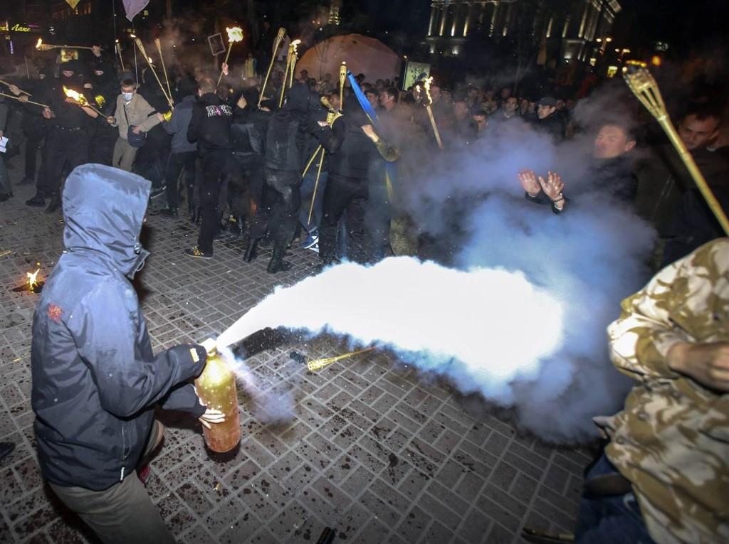 pc-140429-ukrainian-torch-lighting-01_b8e8796151082286167490678d3529ac.nbcnews-ux-2880-1000